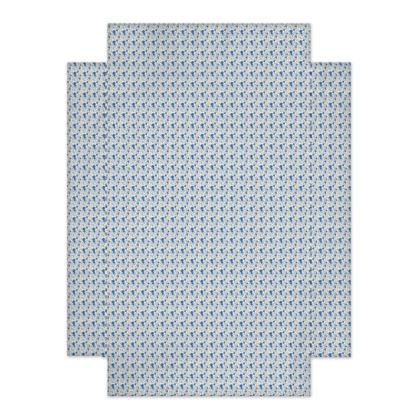 drap motif bleu sur fond blanc, et oreillers avec décor