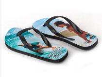 bedruckte Flip Flops mit Foto von Mann und Kind am Meer