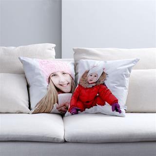 Deux coussins avec photos sur canapé