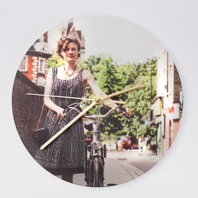 fotouhr rund mit eigenem foto frau auf fahrrad zum valentinstag für ihr
